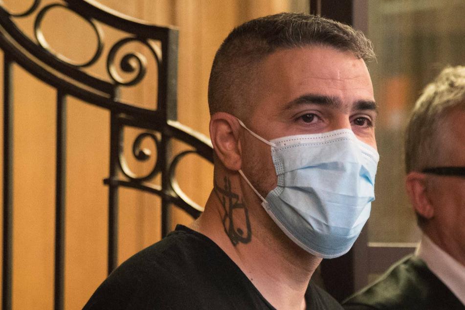 Bushido (42) steht während des Prozesses gegen Arafat Abou-Chaker neben seinem Anwalt. Am Mittwoch wird seine Ehefrau Anna-Maria Ferchichi erneut vor Gericht aussagen.