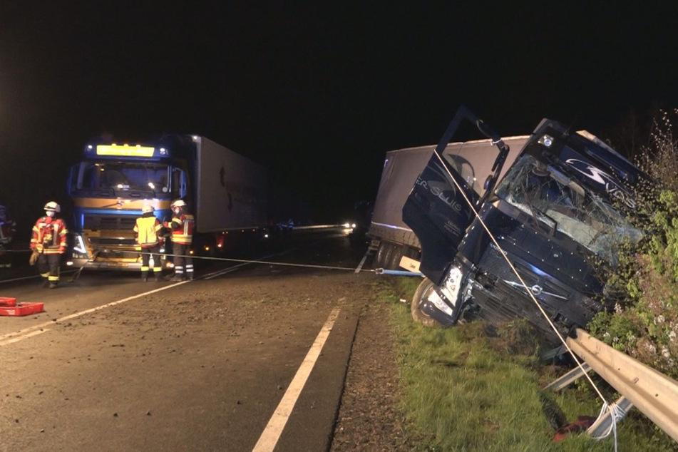 Reifen rollt in Gegenverkehr: Schwerer Crash mit vier Lastwagen