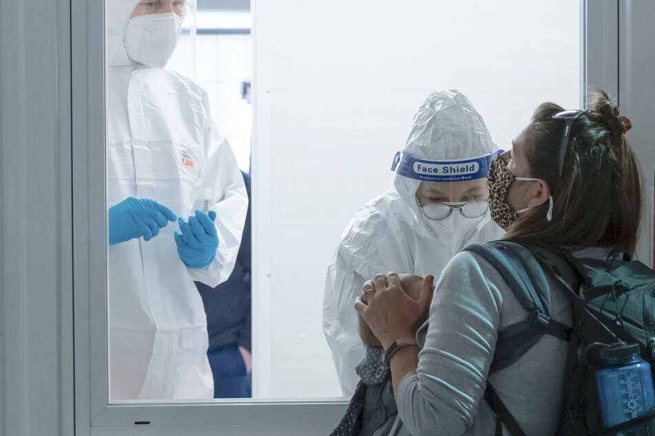 Das Baby einer Mutter bekommt an einer Corona-Teststation einen Covid-19 Abstrich.