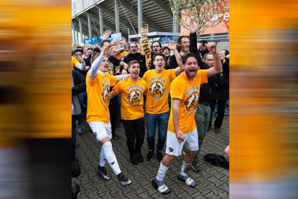 Niklas Kreuzer (27, r.) weiß auch, wie man mit Dynamo aus der 3. Liga aufsteigt - nach der Partie in Magdeburg am 16. April 2016 ließ er mit den Kollegen die Sau raus.