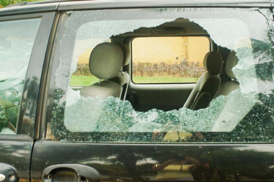 Scheiben eingeschlagen: Vandalen beschädigen Autos