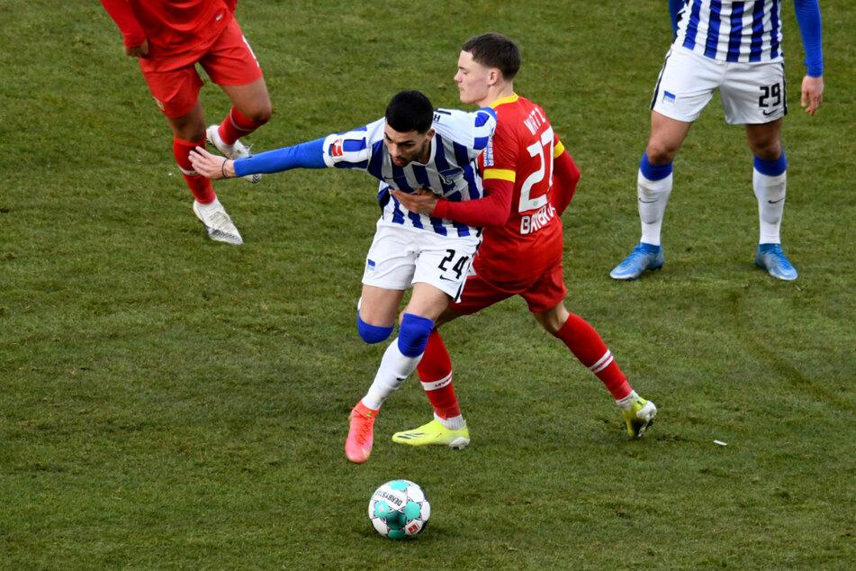 Herthas Nemanja Radonjic (24/l.) im Zweikampf mit Leverkusens Florian Wirtz (19). Die Winter-Leihgabe machte gegen Freiburg sein bislang bestes Spiel.