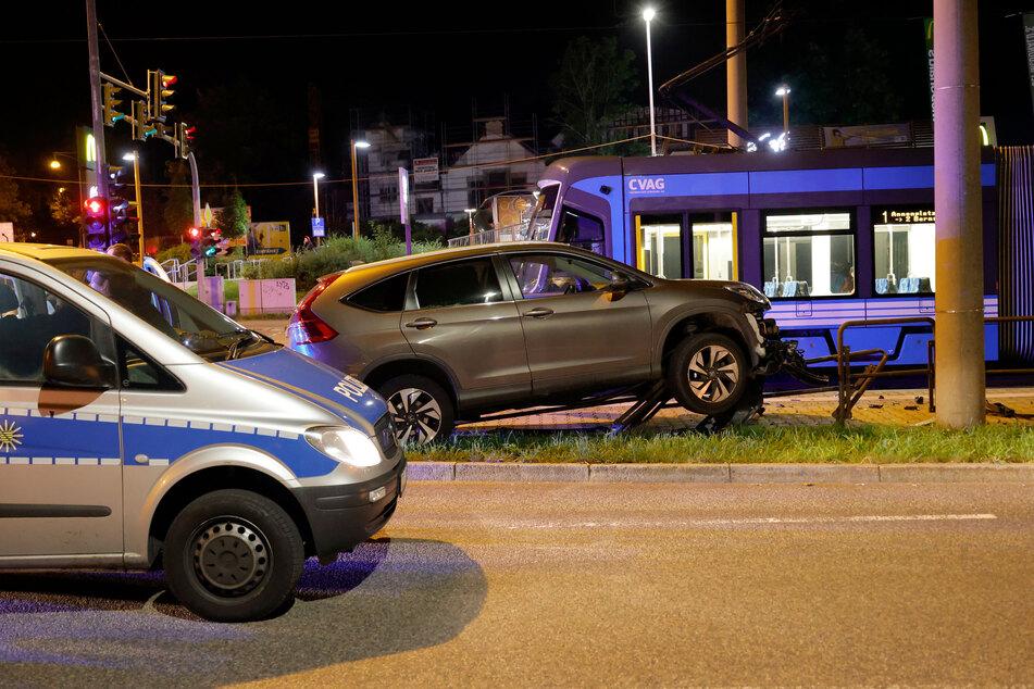 Der Honda knallte auf ein Geländer an der Kreuzung Zwickauer Straße/Reichsstraße.