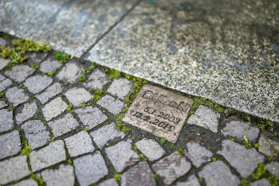 Neben der Unfallstelle ist ein Gedenkstein mit den Lebensdaten von Ruben ins Pflaster eingelassen.