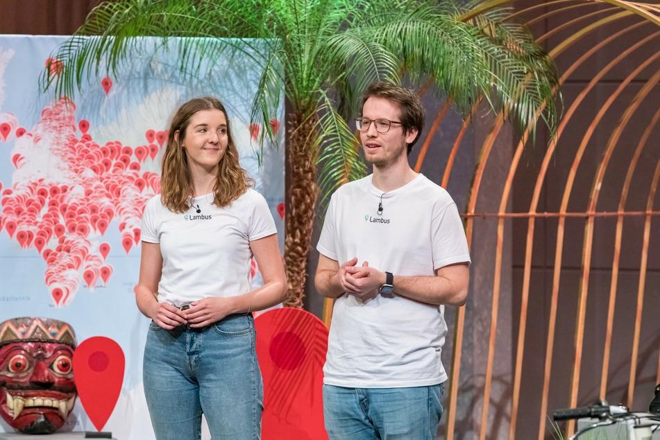 """Anja Niehoff und Hans Knöchel präsentieren mit """"Lambus"""" die All-in-one Reise-Plattform. In der Show können sie Carsten Maschmeyer (62) noch von einem Deal überzeugen."""