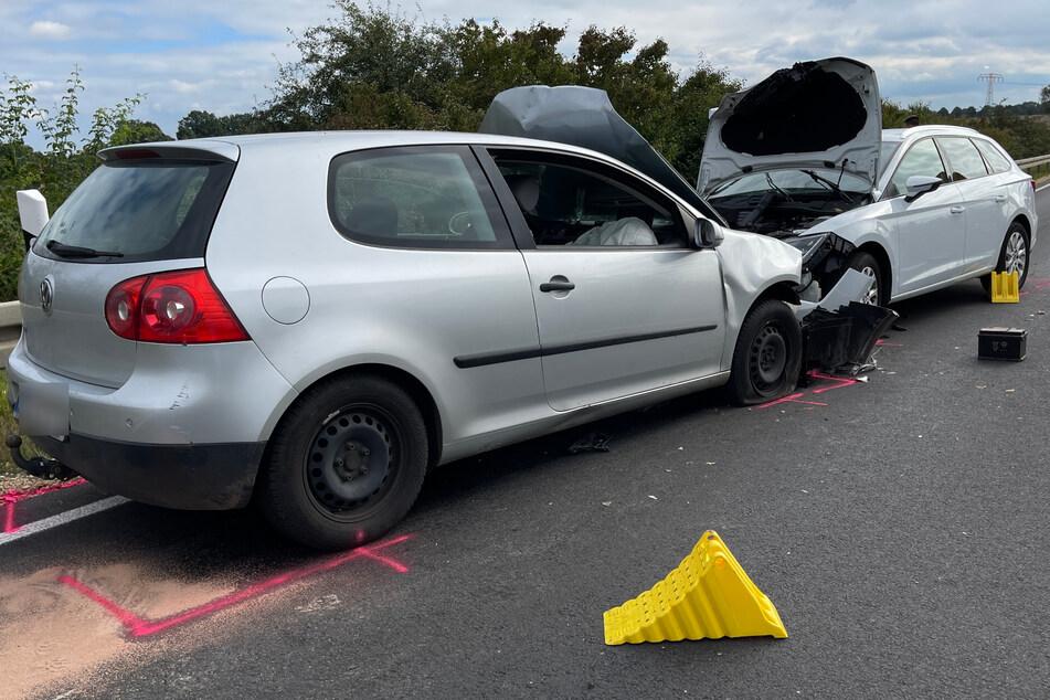 Der VW Golf und der Seat stießen frontal zusammen und wurden schwer beschädigt.
