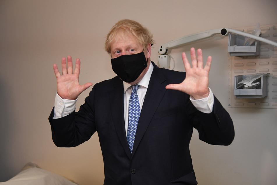 Boris Johnson, Premierminister von Großbritannien bei einem Besuch des Tollgate Krankenhauses im Osten Londons.