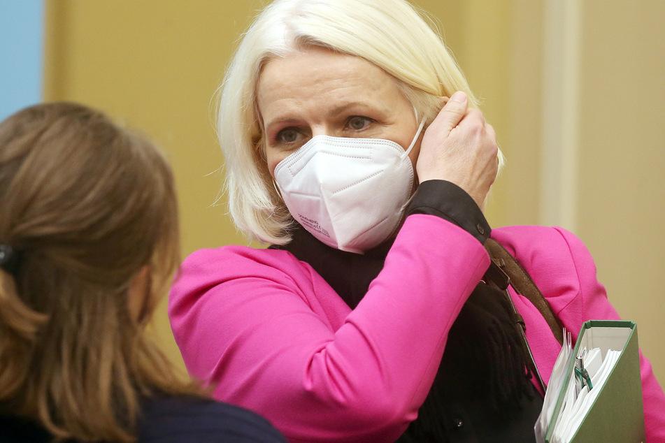 Regine Günther (Bündnis 90/Grüne), Umweltsenatorin, unterhält sich im Roten Rathaus zu Beginn einer Pressekonferenz nach der Sitzung des Senats mit einer Senatssprecherin, bevor sie Fragen von Journalisten beantwortet.