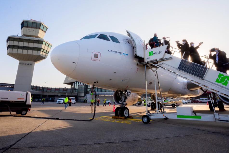 Berlin: Mit 40 Minuten Verspätung: Hier verabschiedet sich der letzte Flieger vom Flughafen Tegel!
