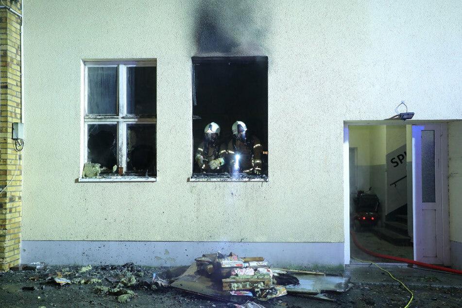 Auf der Dresdner Straße in Freital brannte eine alte Industriehalle.