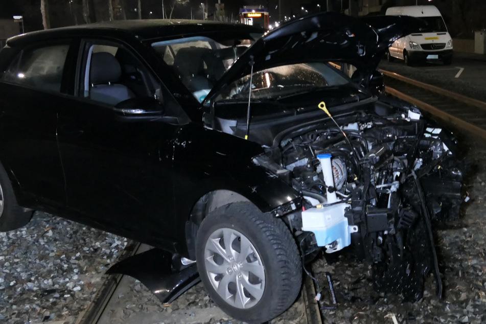 Der Wagen wurde schwer an der Front beschädigt.