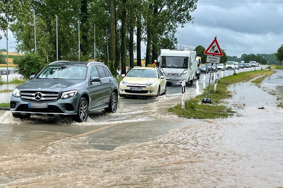Einige Straßen und Wege sind bereits vollständig mit Wasser bedeckt. Doch es könnte noch schlimmer kommen.