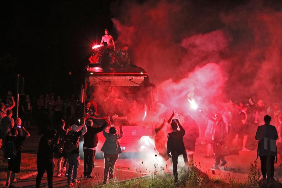 Die Zwickauer Fans machten in Eckersbach die Nacht zum Tag.