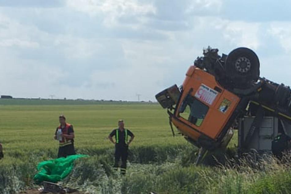 Heftiger Unfall bei Leipzig: Lastwagen kommt von Straße ab und überschlägt sich