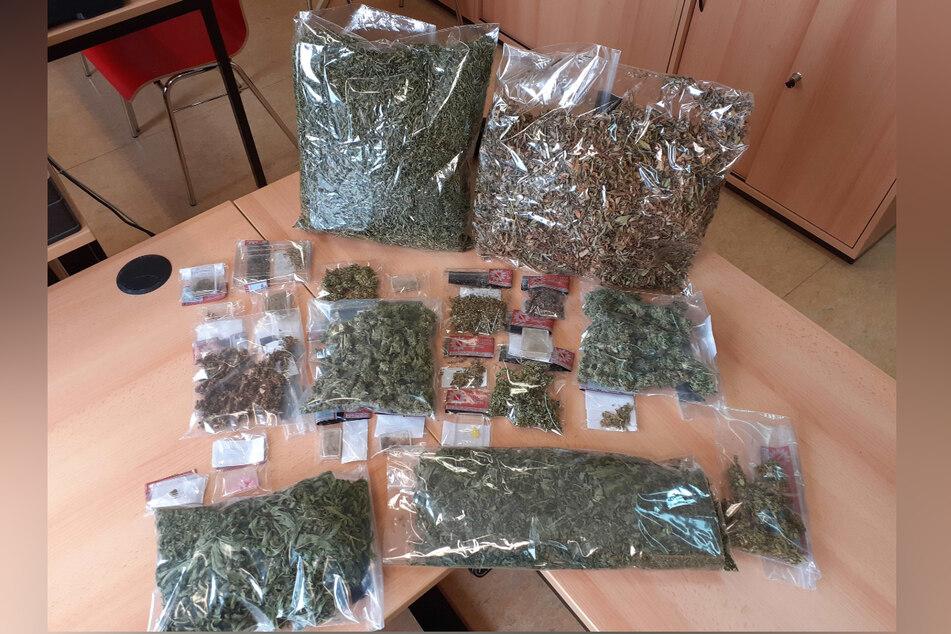 Neben zahlreichen Utensilien fand die Polizei in der Wohnung in Mittweida auch 1100 Gramm Marihuana.