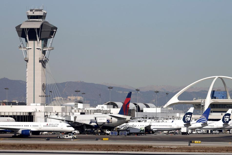 Flugzeuge, darunter auch vom Typ Boeing-777, stehen auf dem Rollfeld am Los Angeles International Airport.