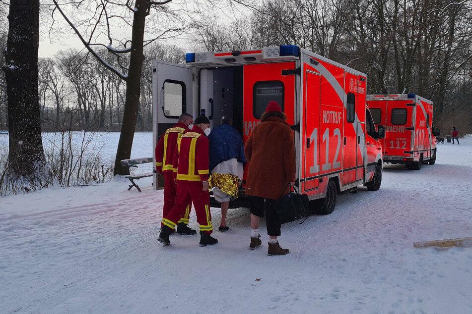 Einer der Eisbader wird von den Feuerwehrleuten in einem Rettungswagen betreut.