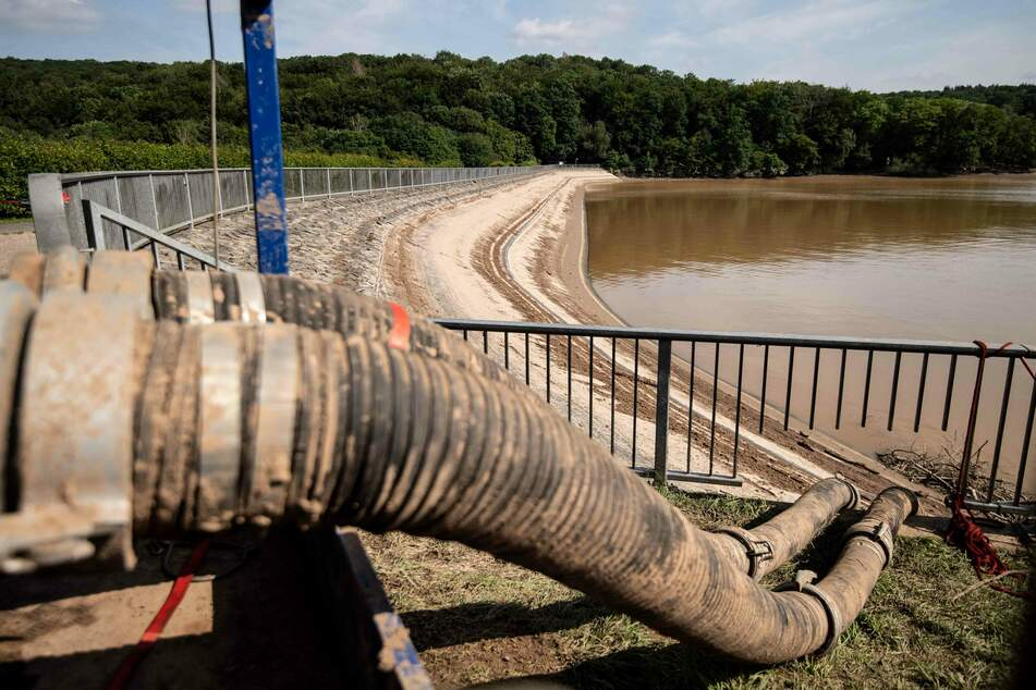 Seit Tagen bereitet die Steinbachtalsperre den Experten und der Stadt Sorgen. Nun soll abschließend geklärt werden, welche Gefahr noch von dem Damm ausgeht.