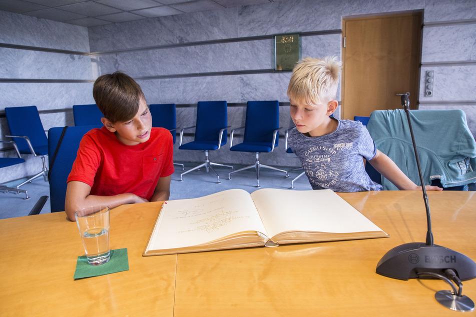 Laurin (13, l.) und Luis (10) können nachlesen, dass sich sogar schon Ex-US-Präsident Barack Obama (59) im Goldenen Buch eingetragen hat.
