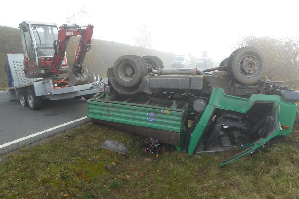 Multicar überschlägt sich und bleibt auf Dach liegen: Zwei Verletzte