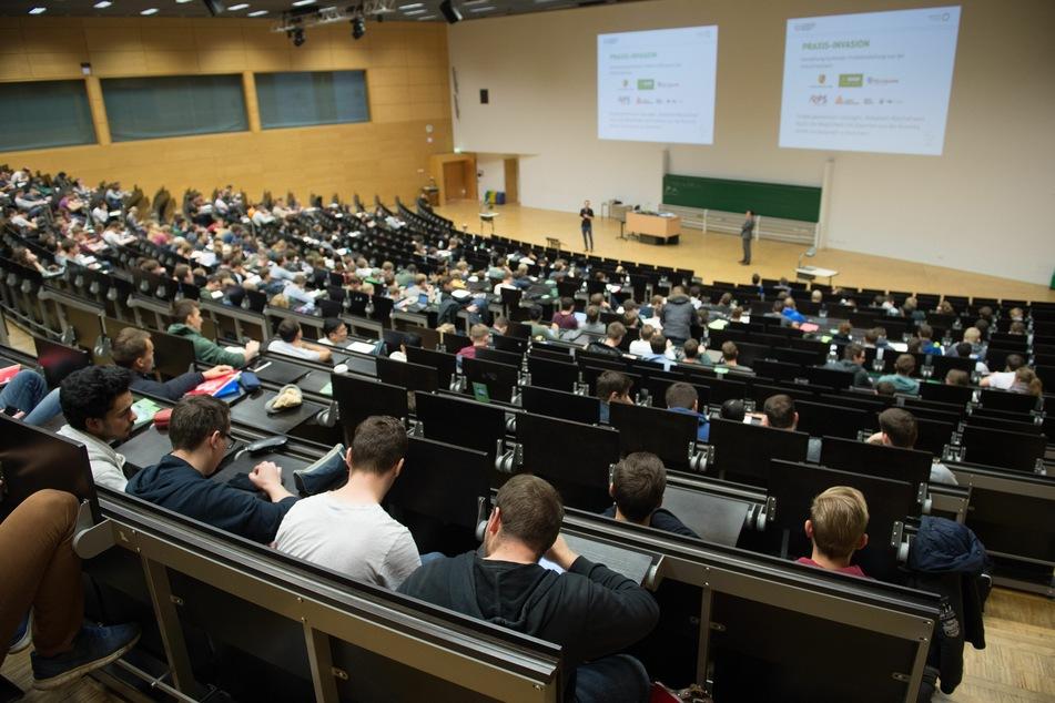 So voll werden die Hörsäle der TU Dresden nicht mehr allzu schnell. Wegen der Corona-Pandemie müssen viele von zu Hause aus studieren.