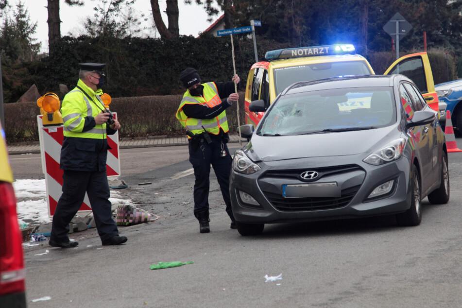 Polizisten ermitteln zum Unfallhergang.
