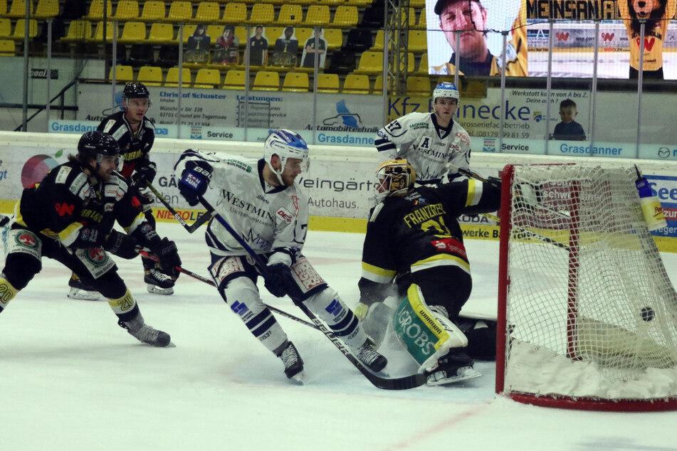 Eislöwen-Stürmer Elvijs Biezais (M.) netzt hier sehenswert zum 2:0 ein.