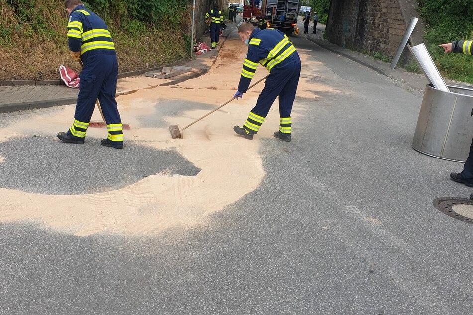 Bindemittel sollte verhindern, dass andere Fahrzeuge über das ausgelaufene Öl rutschen.