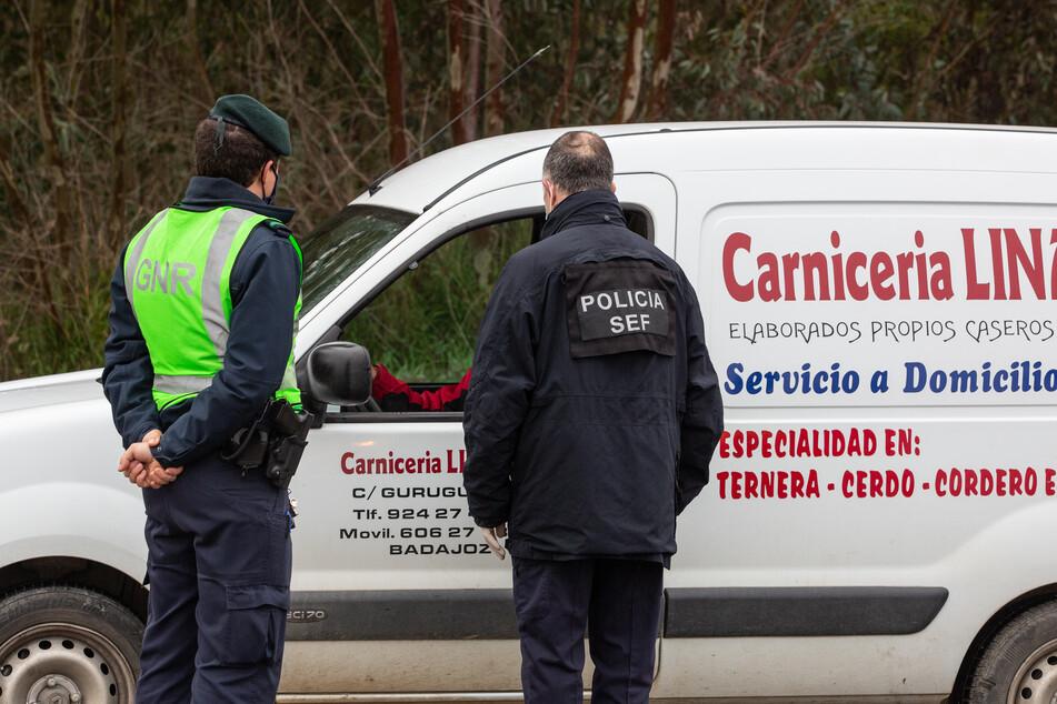 Spanien, Badajoz: Angestellte der Republikanischen Nationalgarde kontrollieren ein Fahrzeug an der spanisch-portugiesischen Grenze zwischen Badajoz und Caya.