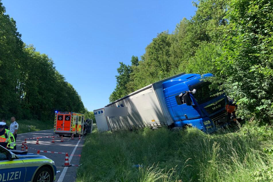 Der Lkw-Fahrer erfasste das Auto frontal und blieb anschließend in der Böschung stehen.