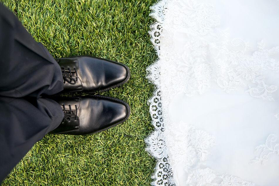 Ein Bräutigam steht seiner Braut gegenüber. (Symbolbild)