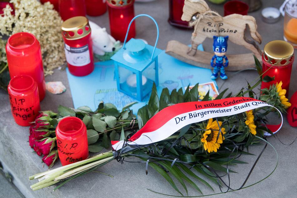 In Gedenken an den Zweijährigen aus Querfurt liegen Blumen und Kerzen vor dem Wohnhaus.