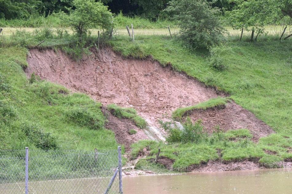 In der Stadt Breuberg im Odenwald kam es infolge des Unwetters zu einem Erdrutsch.