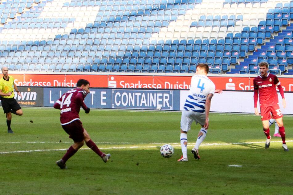Er trifft schon wieder! Philipp Hosiner schießt Dynamo Dresden in dieser Szene mit 1:0 in Führung.