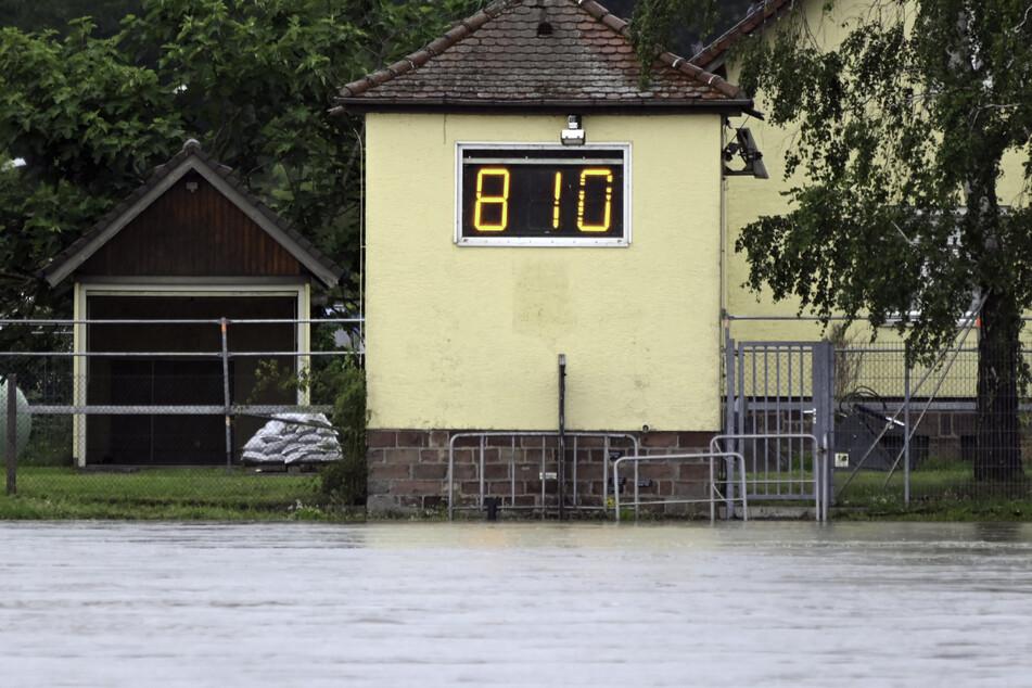 Karlsruhe: Der Rheinpegel Maxau zeigt eine Höhe von 8,10 Meter an.