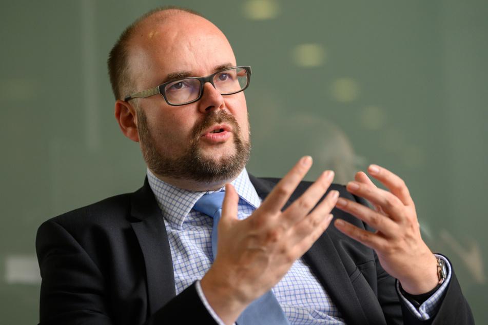 Christian Piwarz (CDU), Kultusminister von Sachsen, gestikuliert während eines Interviews im Sächsischen Landtag.