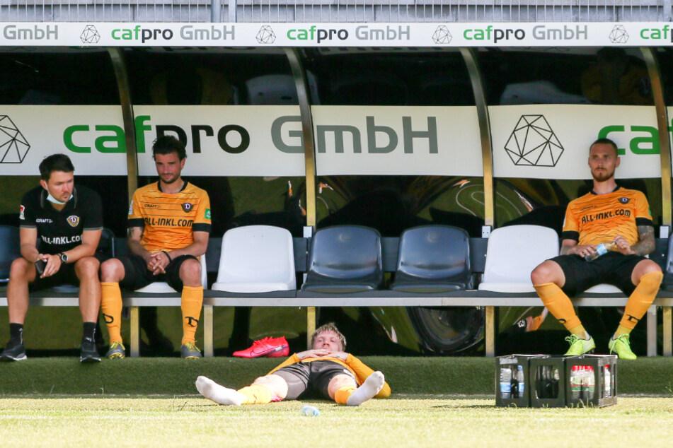 Keine Lobby! Die Dresdner Dynamos, hier erschöpft sitzend und liegend, hatten nach der Corona-Pause ein unglaublich hartes Programm zu absolvieren und waren am Ende total ausgepowert. Die DFL sah keinen Weg für eine Verschiebung oder Streckung der Restsaison.