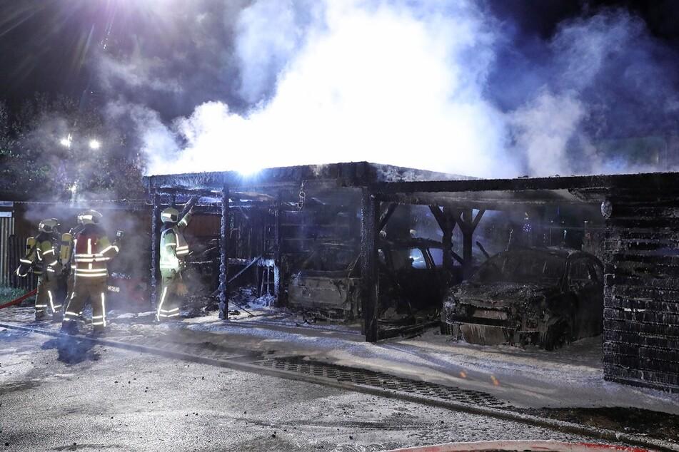 Den Carport musste die Feuerwehr mit einer Kettensäge zerlegen.