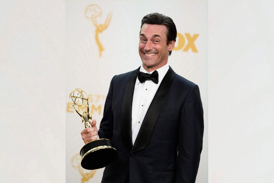 """Schauspieler Jon Hamm (49), 2015 Gewinner des Preises für bester Hauptdarsteller in der Serie """"Mad Men"""", zeigt bei den 67. Emmy Awards im Microsoft Theater in Los Angeles seinen Preis."""