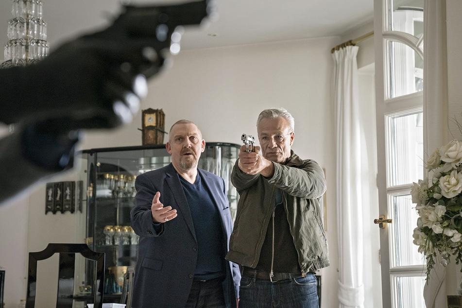 """Die Kommissare Max Ballauf (Klaus J. Behrendt, r., 60) und Freddy Schenk (Dietmar Bär, 59) versuchen, einen Mord zu verhindern in einer Szene des """"Tatort: Der Tod der Anderen""""."""