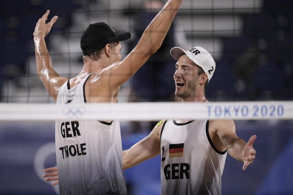 Julius Thole (24, l.) und sein Teamkollege Clemens Wickler (26) jubeln nach dem Sieg.