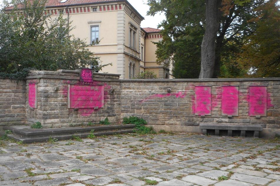 Mit pinker Farbe hatten die Täter ein Soldaten-Denkmal beschmiert.