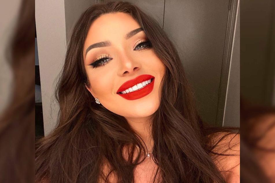 Melody Haase lächelt nach einer Zahnbehandlung in der Türkei stolz in die Kamera, nachdem sie ihre Zähne nach eigener Aussage jahrelang versteckt hatte.