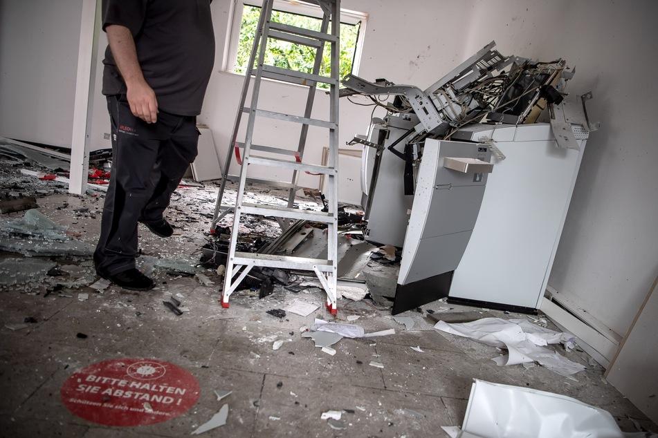 Ein gesprengter Geldautomat steht in einer Bankfiliale.
