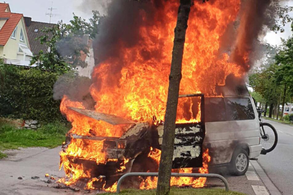 München: Feuerwehreinsatz in München: VW-Bus geht in Flammen auf!