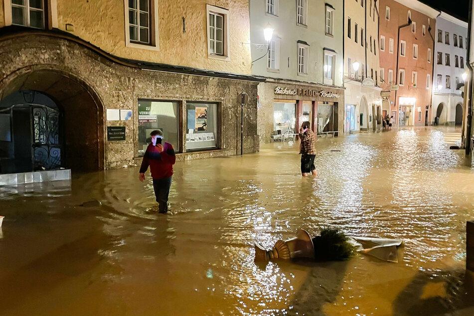 Am Sonntagmorgen wurden die Überschwemmungen in der Altstadt von Hallein deutlich sichtbar.