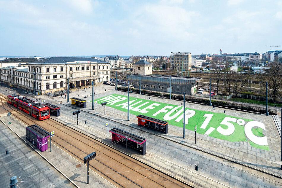 Auf dem Bahnhofsvorplatz wünschen sich Klimaaktivisten ein riesiges Boden-Banner.