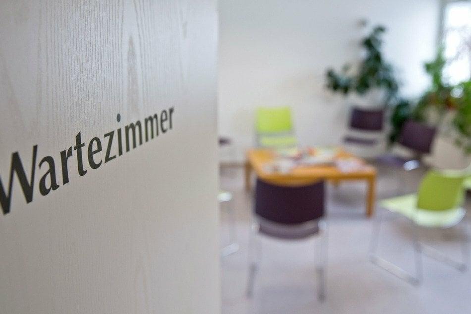 Eine Düsseldorfer Arzthelferin ist mit der britischen Virus-Variante infiziert. 270 Menschen müssen deshalb nun in Quarantäne. (Symbolbild)
