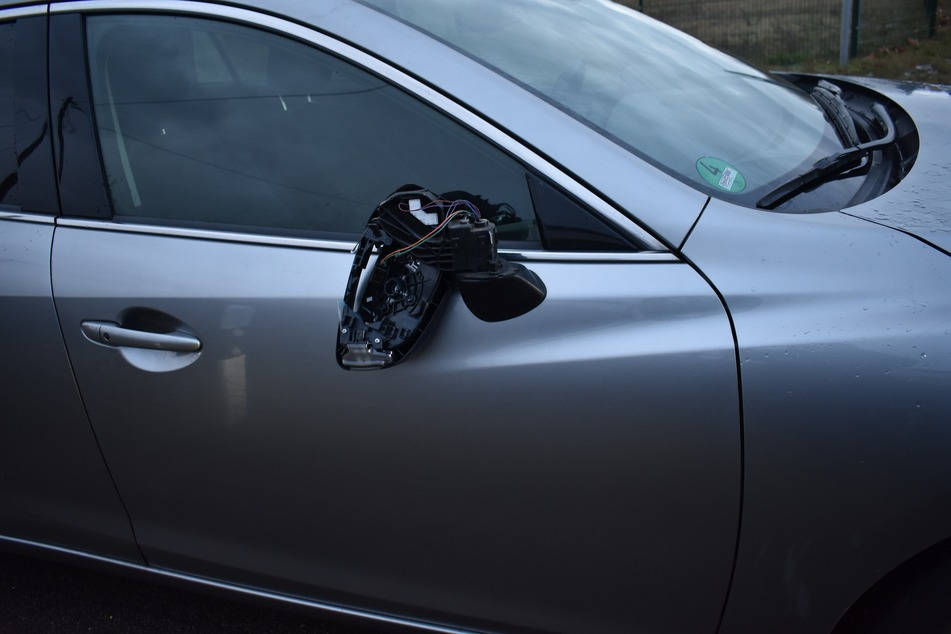 Glück im Unglück: Eine Eisscholle knallte auf diesen Wagen. Der Fahrer blieb unverletzt.