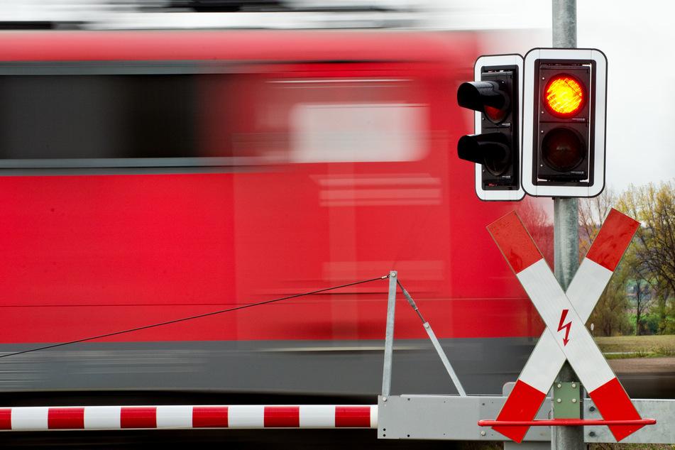 Die aus Mayen kommende Regionalbahn erfasste das Auto mit voller Wucht. (Symbolfoto)